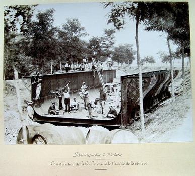 Très belle photo de l'assemblage des éléments de la bâche métallique du pont-rivière de l'Oudan, à Roanne en 1897, dans le lit-même de la rivière, juste avant d'être placée au-dessus du canal de Roanne à Digoin. Photo conservée à la bibliothèque du Musée Joseph Déchelette à Roanne
