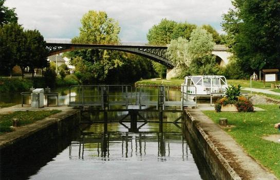 L'écluse de Pont-aux-Moines, réhabilitée, sur le versant Loire du canal d'Orléans