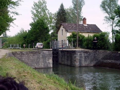 L'écluse des Varennes, sur la branche nord-ouest du canal de Berry