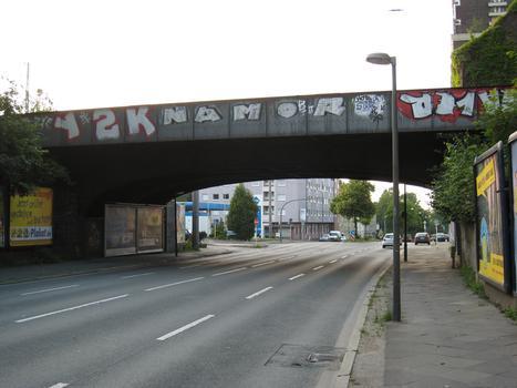 Brücke Heiliger Weg - nördliche Brücke - in Dortmund Ansicht von Norden, in der rechten oberen Ecke ist ein Teil des Wasserturms Südbahnhof zu erkennen
