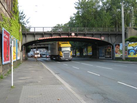 Brücke Heiliger Weg - nördliche Brücke - in Dortmund Ansicht von Süden. Die Brückendurchfahrt ist für LKW's die größer als 3,70 m sind gesperrt. Wegen der sich in der Nähe befindlichen Großmärkte fahren dann doch viele LKW's unter der Brücke her, teilweise auch unter Mitbenutzung der Gegenfahrbahn