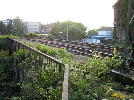 Brücke Heiliger Weg - nördliche Brücke - in Dortmund Blick von Südwesten auf die Brücke. An der linken Seite der Brücke ist noch der alte Bahnsteig des ehemaligen Südbahnhofs zu erkennen