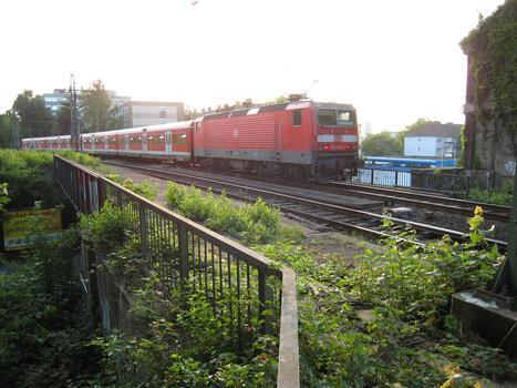 Brücke Heiliger Weg - nördliche Brücke - in DortmundBrücke mit in Richtung Lütgendortmund fahrender S-Bahn : Brücke Heiliger Weg - nördliche Brücke - in Dortmund Brücke mit in Richtung Lütgendortmund fahrender S-Bahn