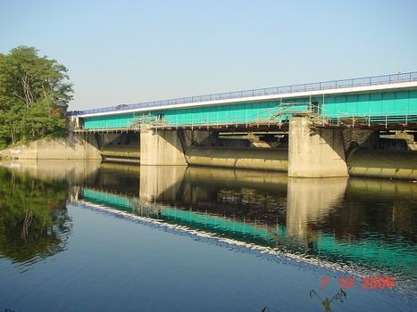 Blick von Südwesten auf die Brücke, nach der Erneuerung des Überbaus. Unter der Brücke befindet sich das Wehr, das den Harkortsee aufstaut