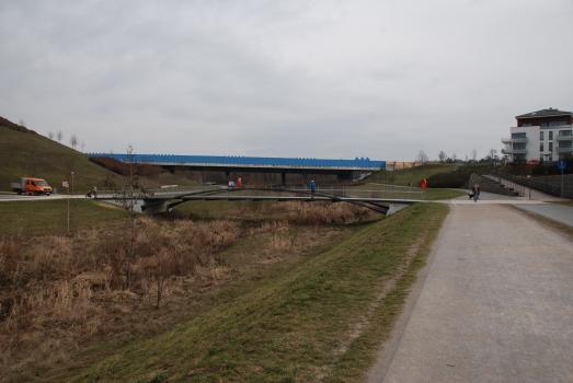 Geh- und Radwegbrücke Hörder Hafenstraße : Ansicht von Westen mit Emscherbrücke der B236 im Hintergrund