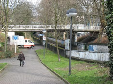 Bridge carrying the road «Seekante» across a trough for the Dortmund subway track section I