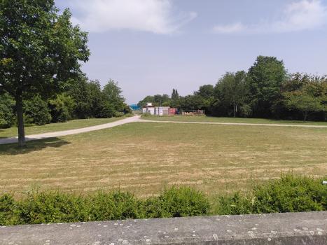 Blick auf die Grünfläche über dem Tunnel : Blick von der Cranger Straße in Richtung Westen. Auf dem Deckel ist ein Park entstanden.