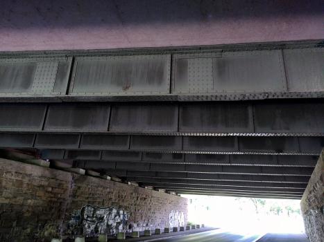 Brücke Oststraße : Blickrichtung nach Norden; die mittleren Träger sind noch genietet.