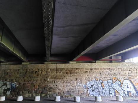 Brücke Oststraße : Westliche Flügelmauer. Die inneren Träger sind noch genietet, die äußeren geschweißt.
