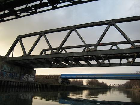 Lindenhorster Brücke von Süden, der Beton der Fahrbahn wurde fast komplett herausgenommen. Links oben im Bild die Lindenhorster Rohrbrücke, hinter der Lindenhorster Brücke die Behelfsbrücke