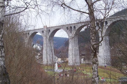 Eisenbahnbrücke Willingen Bogenbrücke, Bogen unter der Fahrbahn, befindlich in Hessen, Gesamtlänge: 294 m, Bögen: 11