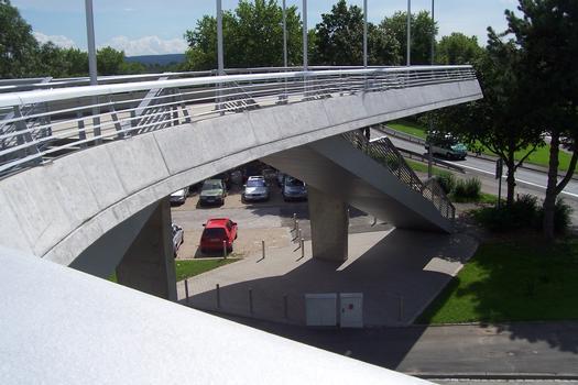 Fußgängerbrücke in Dortmund vom Parkplatz zum Fußballstadion (Westfalenstadion)