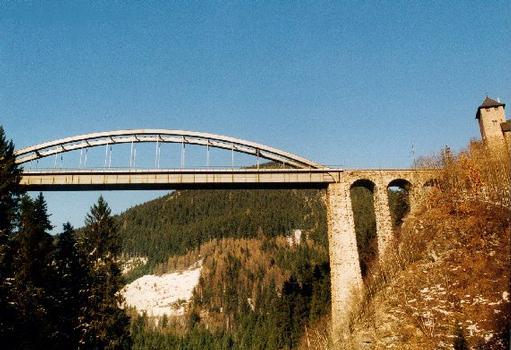 Trisanna-Brücke in Österreich, Tirol, westlich von Landeck über die Trisanne. Es ist eine gemauerte Steinbrücke mit Stahlkonstruktion. Verkehrsweg ist Eisenbahn (Arlbergbahn)