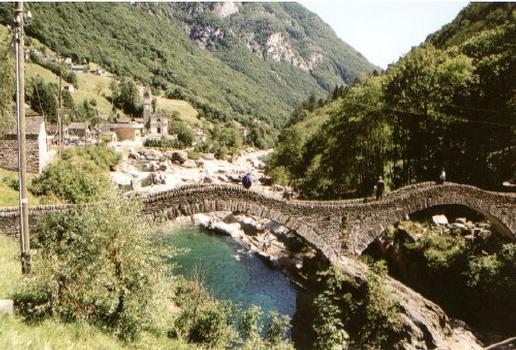 Ponte dei Salti in der Schweiz (Tessin) im Valle Verzasca bei Lavertezzo