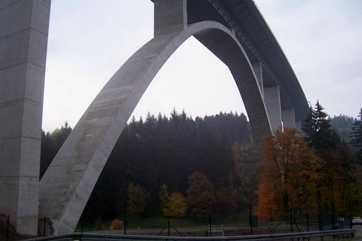 Talbrücke Albrechtsgraben in Thüringen, Autobahn A71 Mäbendorf Bogenbrücke, Bogen unter der Fahrbahn Spannweite: 160 m, Gesamtlänge: 765 m Höhe Fahrbahn über Grund: 74 m Material: Spannbeton
