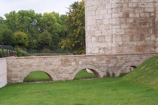Pont-aqueduc au pieds de la tour des Corbeaux des remparts de la ville de Mühlhausen, Thuringue