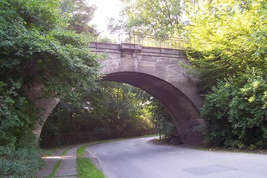 Ancien pont ferroviaire près du parc municipal de Mühlhausen, Thuringue