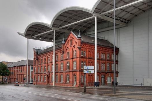 Neue Messe Hamburg mit dem ehemaligem Verwaltungsgebäude des Kraftwerks Karoline