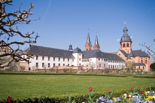 Blick vom Konventgarten auf die Einhardsbasilika