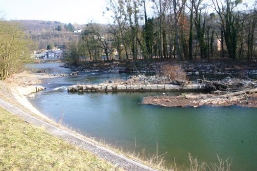 Schleuse Tilff, die Wehrwaage oberhalb des Schleusenbeckens flussabwärts gesehen, im Vordergrund links die Stützmauer des zugeschütteten Beckens