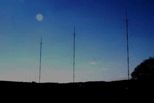 Langwellensender Beidweiler die drei Masten von Osten gesehen im Hintergrund links die drei Sandemasten von Junglinster
