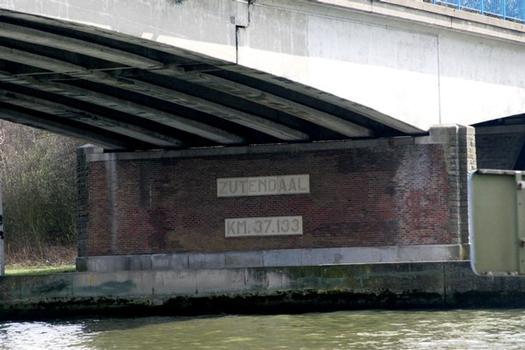 Die Zutendaalbrücke über den Albertkanal