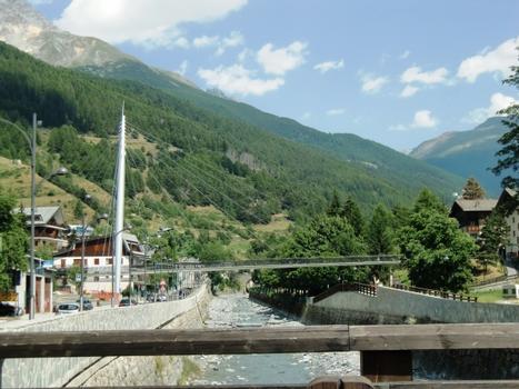 Footbridge across Frodolfo river