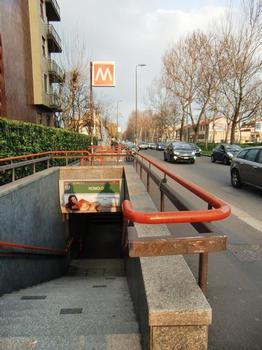 Romolo Metro Station, access