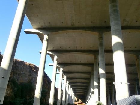 Pont de la piste d'atterissage de l'aéroport de Madère