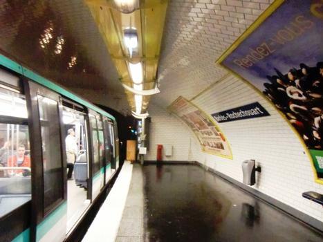 Metrobahnhof Barbès - Rochechouart (Linie 4)