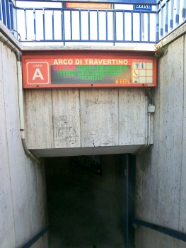 Metrobahnhof Arco di Travertino