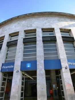 Piramide Metro Station access