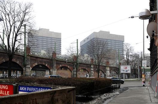 Allgemeines Krankenhaus, im Vordergrund Abfahrt zur Tiefgarage, im Mittelteil Trasse der U-Bahnlinie U6