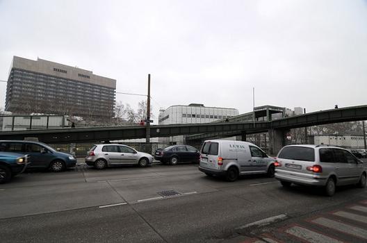 Allgemeines Krankenhaus mit Fußgängerübergang zum U-Bahnhof Michelbeuern