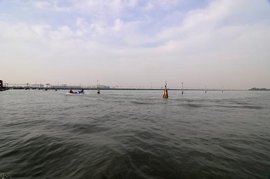 Eisenbahnbrücke Venedig vom Canal di Cannaregio gesehen