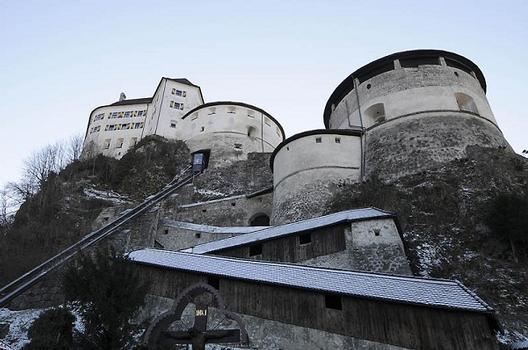 Festung Kufstein, Aufgang und Panoramalift; Schlossrondell (Bildmitte) und Bürgerturm (rechts)