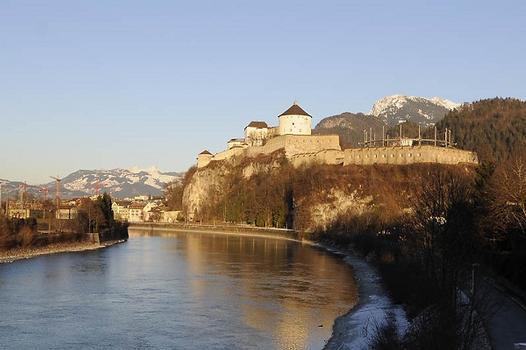 Festung Kufstein von der Brücke Tiroler Bundesstraße gesehen