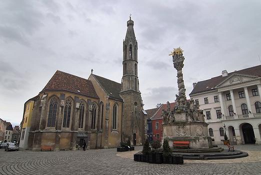 Franziskanerkirche, im Vordergrund die Dreifaltigkeitssäule aus 1701, die als die schönste Ungarns gilt