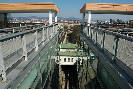 Hauptbibliothek, Wien: Blick von der Terrasse der Bibliothek auf Otto Wagners Stationsgebäude Burggasse Stadthalle und die Trasse der U 6