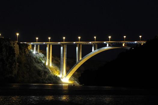 Krkabrücke in der Nacht von Skradik aus gesehen