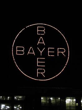 Bayer-Kreuz in Leverkusen bei Nacht