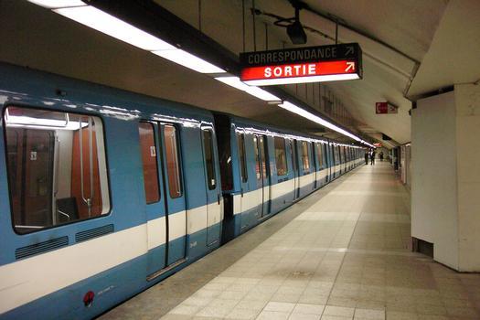 Ligne jaune du métro de Montréal - Station Berri-UQAM Quai du terminus direction nord de la station de correspondance Berri-UQAM : Ligne jaune du métro de Montréal - Station Berri-UQAM Quai du terminus direction nord de la station de correspondance Berri-UQAM