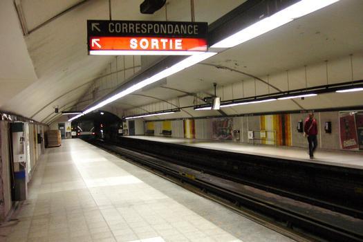 Ligne jaune du métro de Montréal - Station Berri-UQAMSur le Quai en direction nord en regardant vers l'arrière-gare : Ligne jaune du métro de Montréal - Station Berri-UQAM Sur le Quai en direction nord en regardant vers l'arrière-gare