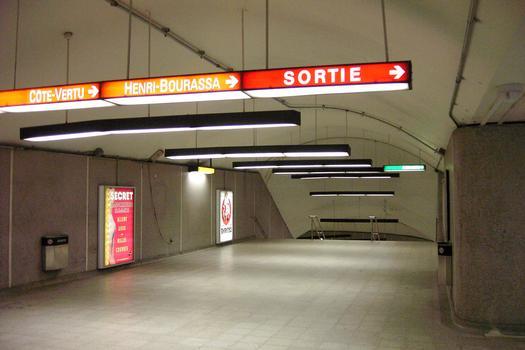 Ligne jaune du métro de Montréal - Station Berri-UQAM en accédant de la ligne Jaune vers les autres lignes la Verte et l'Orange. La ligne Jaune est la ligne la plus profonde de la station Berri-UQAM