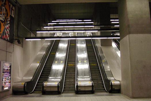Ligne jaune du métro de Montréal - Station Berri-UQAM Les escaliers mécaniques menants de la ligne Jaune au palier de la ligne Verte de la station de correspondance Berri-UQÀM