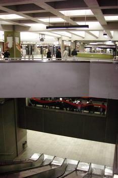 Station de correspondance Berri-UQÀM; Vue sur trois niveaux de la station, en haut niveau mezzanine, au centre avec les deux ondulations oranges la ligne Orange, et en bas le niveau ligne Verte. 13/27 lignes Orange et Verte métro de Montréal