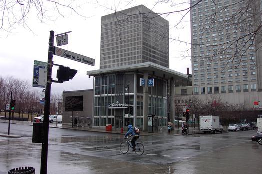 Édicule central de la station de correspondance Berri UQÀM, cette station comporte sept sorties, six sont accessibles au public, et la septième est disponible pour les urgences seulement. 13/27 ligne Verte métro de Montréal