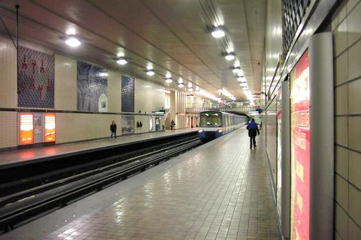 Station Saint-Laurent, regardant en direction ouest sur le quai direction Angrignon, 14/27 ligne Verte métro de Montréal
