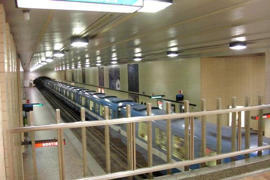 Station Saint-Laurent, en regardant de la mezzanine vers l'est en direction Honoré-Beaugrand, train à l'arrêt en direction H-Beaugrand