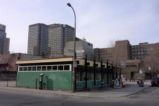 L'unique édicule de la Station Saint-Laurent, sur le boulevard de Maisonneuve; l'édifice à l'arrière-plan est le Complexe des Caisses Desjardins. 14/27 ligne Verte métro de Montréal